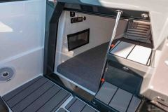 LR_605-Noblesse-details-cockpit-and-entrance-to-cabin